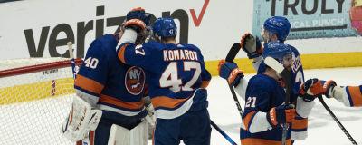 New York Islanders spelare klappar om målvakten Semjon Varlamov.