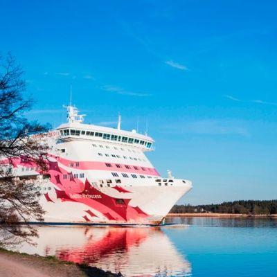 Baltic Princess lipuu Ruissalon ohi.