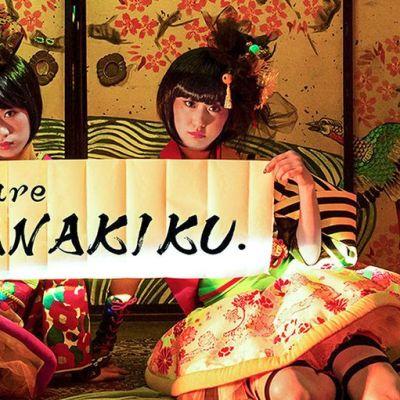 kaksi istuvaa kimonoasuista tyttöä
