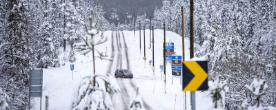 Auto lumisessa tienristeyksessä.