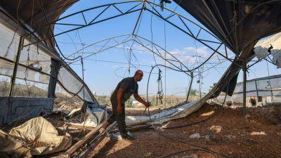 Palestinsk man synar spåren efter Israels attack 12.8.2021 i Rafah i Gaza.