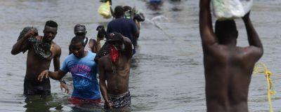 Haitiska migranter kporsar gränsen mellan Mexiko och USA 21.9.2021