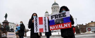"Demonstration på Senatstorget i Helsingfors. Personer håller i plakat med texten ""Free Navalnyj"""