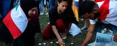 Libanesiska Londonbor tänder ljus för offren som dött i explosionen i Beirut.