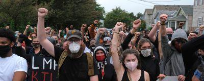 Protester i Louisville i Kentucky efter att en jury frikände två av tre poliser som sköt Breonna Taylor till döds.