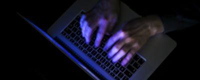 laptop med händer