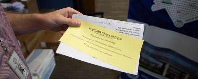 En valfunktionär i North Carolina håller i instruktioner som ges till väljare som ansökt om att få förhandsrösta i presidentvalet.