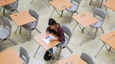 En ensam studerande skriver ett prov.