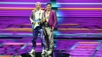 Två män står på scen
