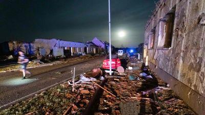 Bilder från byn Hrušky visar stor materiell förstörelse med hus vars tak blåst av och fönster krossats.