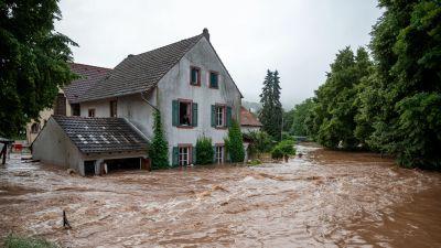 Översvämningar i Tyskland. vatten forsar förbi ett hus