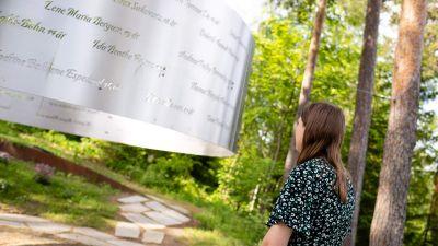 Överlevanden Astrid Eide Hoem vid minnesplatsen på Utoya.