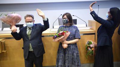 Juhana Vartianen, Anni Sinnemäki, Nasima Razmyar står i en sal