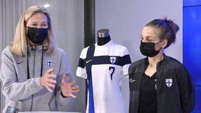 Anna Signeul och Essi Sainio på damlandslagets pressinfo den 8.9.2021.
