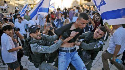 Här grips en palestinsk man som försökte bråka med de tågande judarna.