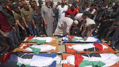 Här pågick begravningen av barnen från Abu Hatab-familjen som hade dödats i flygattacken natten innan. Bilden är tagen idag, lördag.