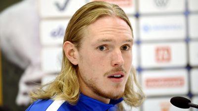Fredrik Jensen på en presskonferens.