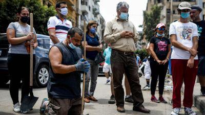 Volontärer och civilä deltar i en söndagsmässa utomhus i Beirut 9.8.2010
