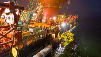 Specialister på fartyget Fortuna som bygger den sista etappen av gasledningen Nord Stream 2 i Östersjön.