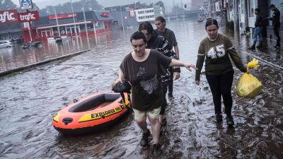 Människor går genom översvämning i Belgien.