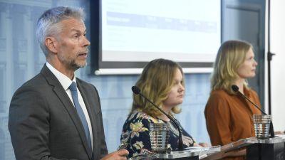 Överläkare Taneli Puumalainen, familje- och omsorgsminister Krista Kiuru och forsknings- och kulturminister Hanna Kosonen under presskonferensen den 17 juni 2020.