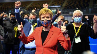 Nicola Sturgeon håller tummen upp.