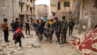 """Det syriska civilförsvaret """"De vita hjälmarna""""  bär en kropp som hittats i  husruinerna  efter att staden Ariha bombats 30.1.2020"""