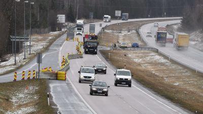Bilar på motorvägen. Trafikkontroll i Hyvinge den 15 april.
