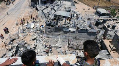 Två palestinska pojkar tittade ut över sönderbombade grannhus i staden Rafah på södra Gazaremsan, söndagen den 16.5.