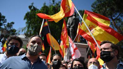 Ledaren för det högerextrema partiet Vox, Santiago Abascal  och partimedlemmar deltag i en demonstration som fördömer regeringens beslut att benåda katalanska separatister. Madrid 13.6.2021.