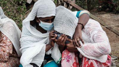 Kvinnor som sörjer offer i en attack mot Togoga, 20 km från Mekelle  23.6.2021