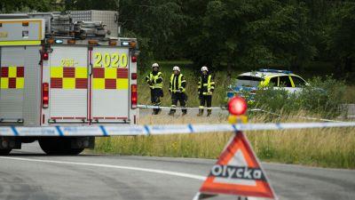 Flera personer har blivit påkörda av ett tåg söder om Hässleholm i Sverige.