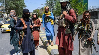 Talibaner håller vakt på en gata i Kabul 16.8.2021
