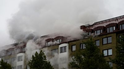 Kerrostalosta nousee paksua savua laajalta alueelta.