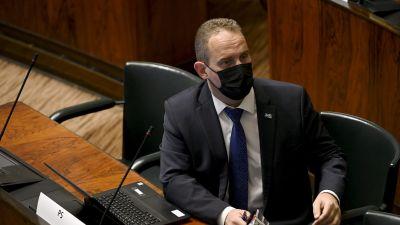 Jani Mäkelä med munskydd i riksdagen.