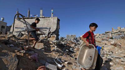 Pojkar bland ruiner till hus som bombats i Beit Hanun i norra Gaza. 21.5.2021
