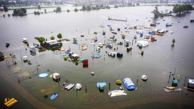 Tulvaveden peittämä leirintäalue.