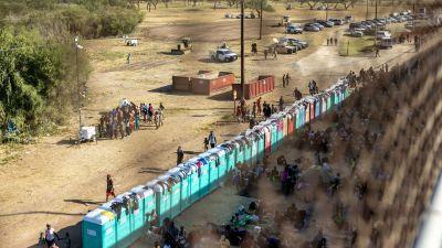 Portabla toaletter placerade på en rad i Texas vid gränsen till Mexiko.