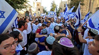 En av flaggparaderna intill gamla stan i Jerusalem på tisdagen.