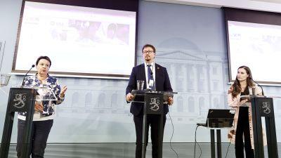 Varhila, Salminen och Marin står bakom var sitt podium på en presskonferens.