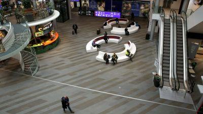Tomt köpcentrum på grund av coronaviruset. Bildne är tagen uppifrån.