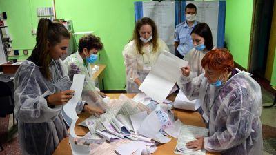 Valfunktionärer sorterar valsedlar i Vladivostok den 17 september.