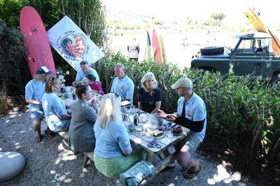 Presidenthustrun Jill Biden träffade militärveteraner och surfare i Newlyn, Cornwall vid sidan om G7-ländernas toppmöte.
