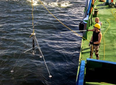 Instrumentet Mesotech Scanning Sonar firas ner i vattnet under dykningarna vid M/S Estonias vrak.