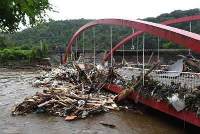 Skräp har samlats på en bro i Liege i Belgien.