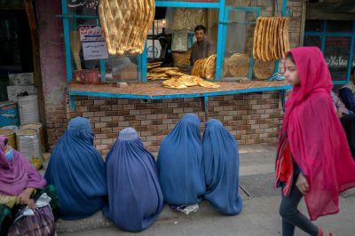 Kvinnor väntar på gratis bröd utanför ett bageri i Kabul.16.9.2021