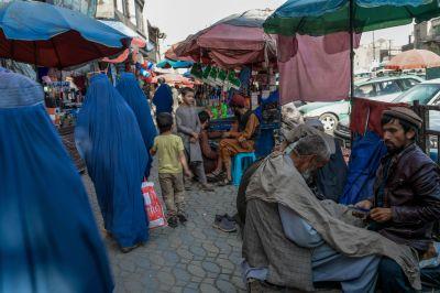 Frisör och kund på ett torg i Kabul 22.9.2021