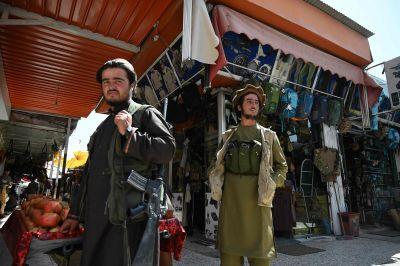 Talibankrigare handlar varor på marknaden Bush i kabul 9.9.2021.
