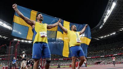 Daniel Ståhl och Simon Pettersson med svenska flaggan