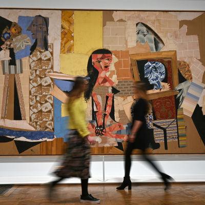 """Pablo Picasson maalaus """"Femmes a leur toilette"""" on näytillä Lontoon kuninkaallisessa taideakatemiassa."""